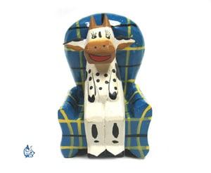 Sittande ko i fåtölj (3)